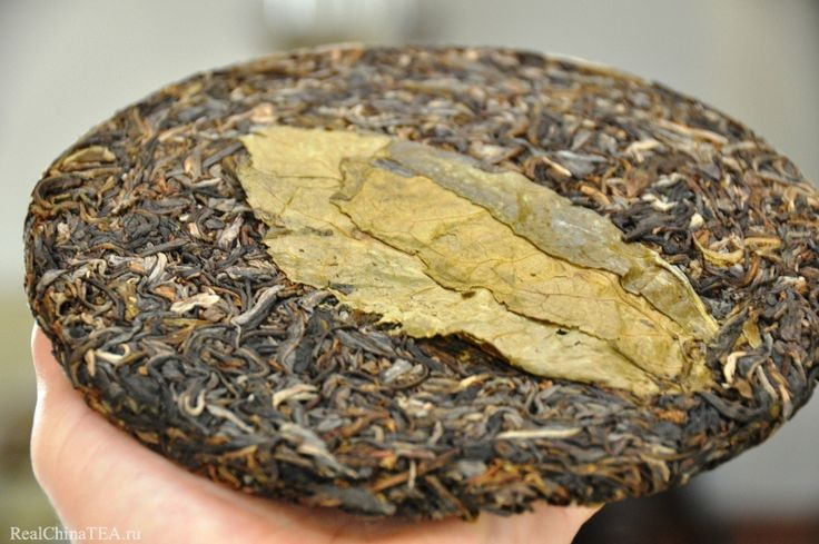 Совершенно удивительный и неожиданный ход – положить большой лист чайного дерева с лицевой стороны блина. www.realchinatea.ru Так еще не делал никто.