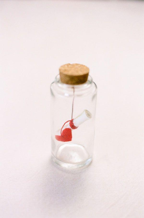 """DIY: A forma di cuore. Carina come bomboniera nel caso di denaro devoluto in beneficienza! Un """"message in a bottle"""" per farlo sapere ai vostri ospiti!"""