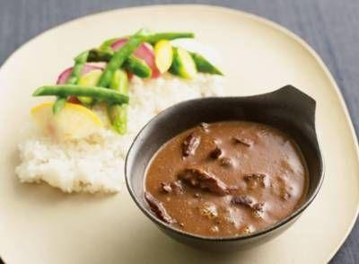 荻野 伸也さんの牛すじ肉を使った「牛すじカレー」のレシピページです。牛すじ肉をカリッカリに焼いてから煮込み、スパイスとルーのダブル使いで仕上げるカレー。牛すじ肉のコリコリとした食感を楽しみます。マイルドなカレーですが、辛いものが苦手な人は、はちみつなどを足すとさらにおいしく食べられます。 材料: 牛すじ肉、バナナチャツネ、赤ワインビネガー、赤ワイン、A、カレールー、塩ゆでした野菜、ご飯、サラダ油、塩