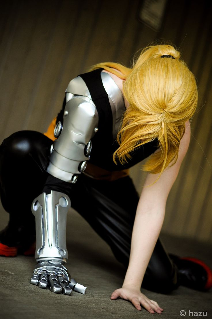 Edward Elric - Full Metal Alchemist cosplay ..::Helpful arm reference! Looks like they used cardboard, spray paint and duct tape.::..