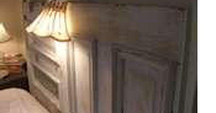 Como fazer uma cabeceira e um estribo para cama. Móveis campestres feitos em casa podem transformar seu quarto. Você pode fazer uma cabeceira e um estribo para sua cama como madeira de demolição. Use portas que podem ser customizadas para construir uma cama única que todos vão adorar. Esse projeto pode ser feito em um dia. As instruções a seguir são para uma cama de casal com estrutura de metal.
