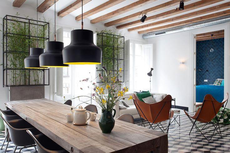 Fotosíntesis - AD España, © D.R. Cinco balcones de estilo francés dan luz al apartamento, perfecta para los invernaderos de interior.