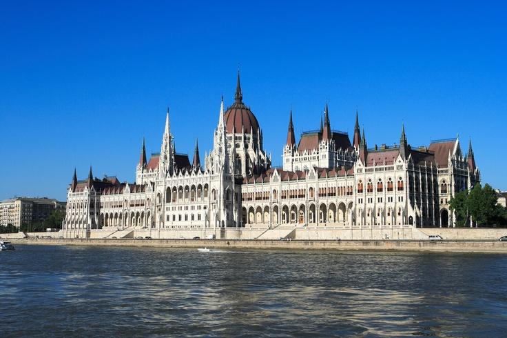 Budapeste, capital da Hungria, é conhecida também como a capital dos SPA's, devido a sua enorme quantidade de banhos termais oferecida. Em Budapeste, não deixe de conhecer o Castelo de Buda, o Prédio do Parlamento, o Museu de Belas Artes de Budapeste, a Estátuda da Liberdade, a Basílica de Santo Estevão e o Castelo Real.