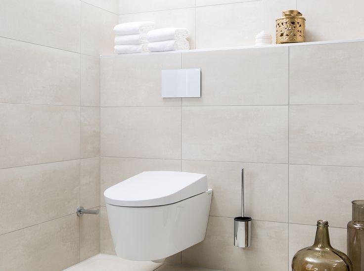 Het toilet is voorzien van een geïntegreerde douchefunctie die gemakkelijk te bedienen is met een kleine afstandsbediening.