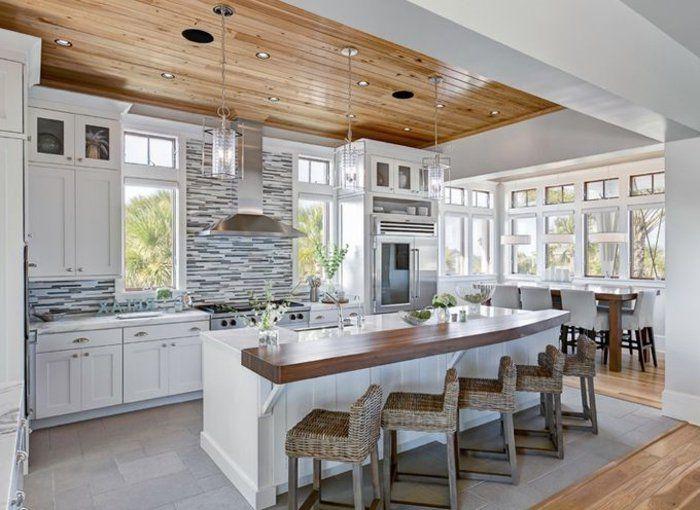 cuisine avec îlot central et plafond avec planchers en bois