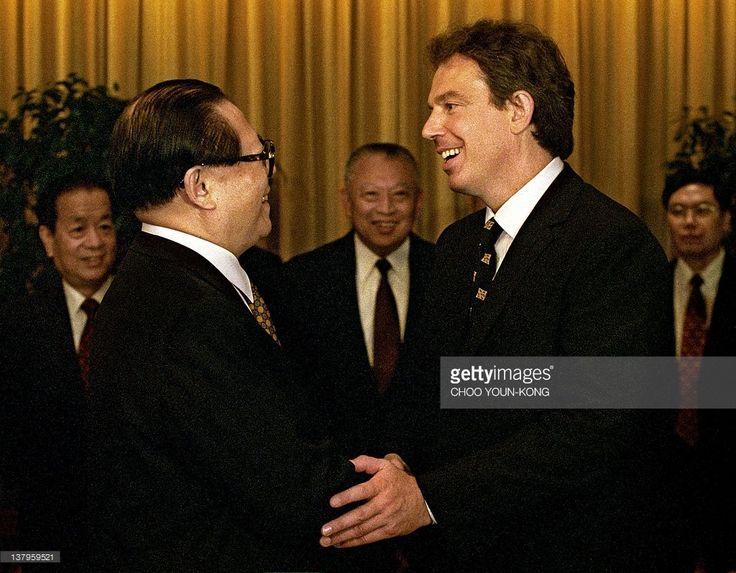 ニュース写真 : British Prime Minister Tony Blair shakes hands...