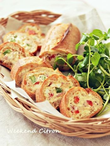 ツナと卵も間違いのない相性の良さ。具をバゲットに詰めてラップに包んで冷蔵庫で休ませると、パンと具がなじんでおいしくなります。30分以上休ませますが、前日から仕込んでおくのもおすすめだとか。当日、ラクチンでうれしいですね。