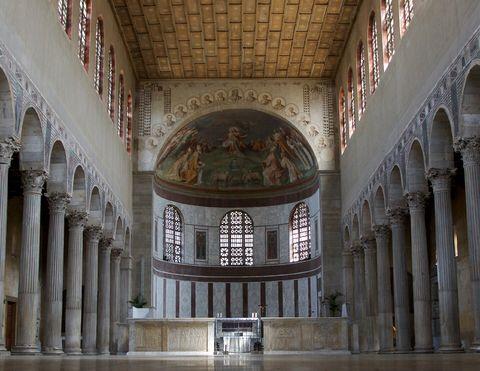 Roma, Basilica di Santa Sabina , 422-432. Veduta della navata centrale dall'ingresso.