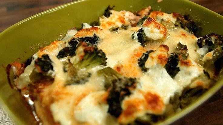 Zapiekany łosoś z brokułami, przepis z programu: ABC GOTOWANIA, filet z łososia  1 op. tłustej śmietanki ok. 200 ml  pesto czerwone lub zielone  sól, pieprz  brokuły mrożone lub świeże  2 ząbki czosnku  sok z ½ cytryny.  świeżo mielony pieprz  ew. starty parmezan  oliwa z oliwek