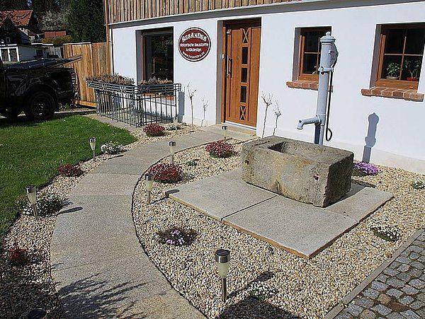 Gartengestaltung_mit__alten_Granitplatten_und_Sandsteintrog_.jpg