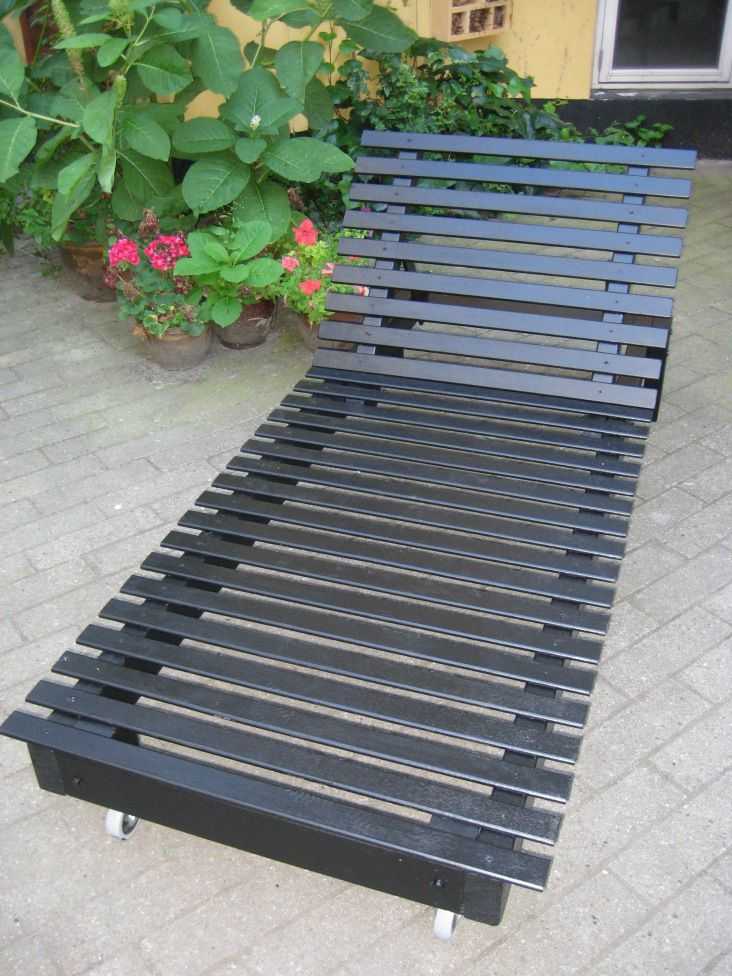 home_decor sunbed made of bed slats and scrap wood