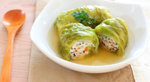 肉の代わりに豆腐で作られたロールキャベツは低カロリーでヘルシー。さらにひじきや野菜など栄養満点な食材がたっぷり入っています。