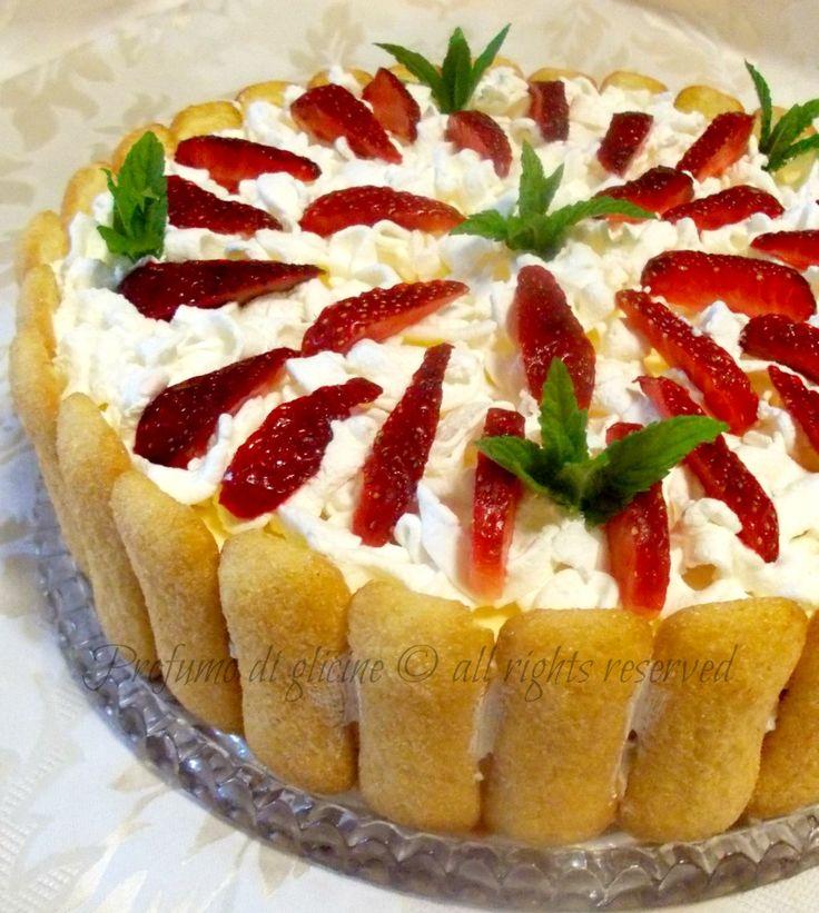 La torta tiramisu alle fragole è il dessert ideale durante l'estate, quando non si ha molta voglia di accendere il forno e presentato così può sostituire la classica torta di compleanno.