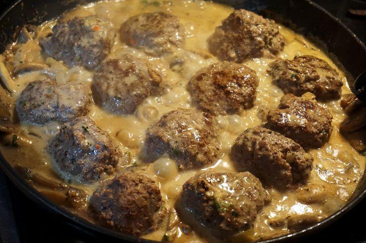 Recept på LCHF-pannbiff i svampsås (även paleo). Helt glutenfritt och mejerifritt. Gjord på kokosmjölk, champinjoner, chili, dijonsenap och persilja. Ett bra middagstips till den som vill äta en nyttig middag.