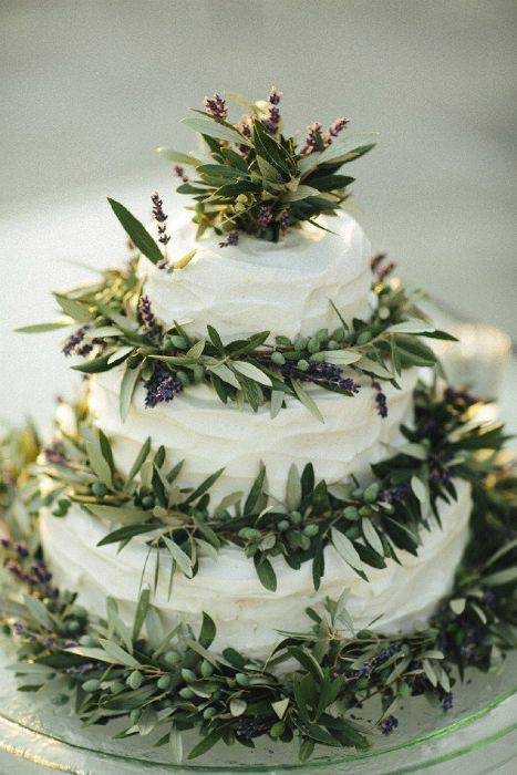 Olive branches bring Italian charm to this wedding cake.  #weddingcake #olivebranches