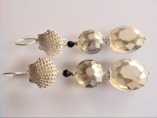 Oorbellen Seashell Crystal mooie ovale en bolle munt kristalglas met prachtig facet, zwart rond swarovski kristal en hele mooie oorhaak met zeeschelp. geheel lichtzilver.