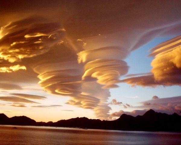 Esta fotografia, feita em dezembro, mostra um belíssimo grupo de nuvens lenticulares em Seattle, nos EUA. Durante diversos dias a cidade é ameaçada por estes discos voadores malígnos que se formam próximo ao grande Monte Rainer, a 100km da cidade.