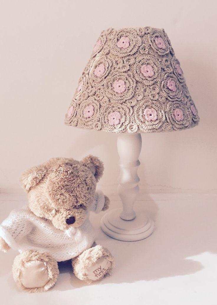 Abajur com cupula em croche feito a mão. Pé em madeira pintado de branco. Diâmetro da cupula 25cm. <br>Pode ser feito sob encomenda em outras cores a combinar.