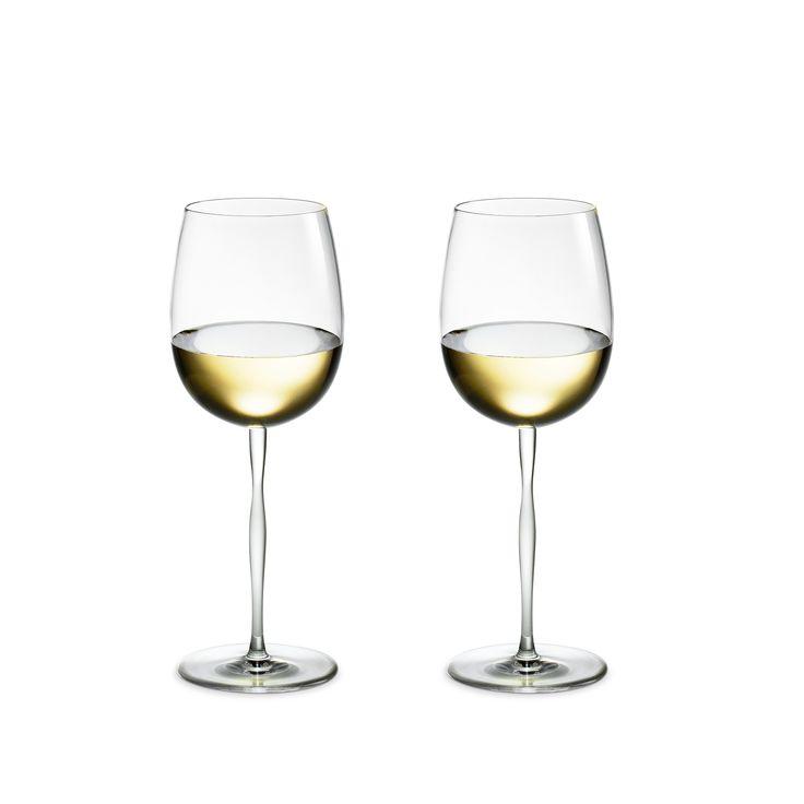 En syrlig, frugtig hvidvin skal typisk serveres i et glas med en mindre overflade, som du finder den her i Futureseriens hvidvinsglas. Hvis der er tale om en kraftig, fed hvidvin med fad og volumen, kan du med fordel servere den i et glas med en større overflade som fx seriens bourgogneglas. Peter Svarrer tænkt en sanselig oplevelse med ind i designet af den svungne stilk, der inviterer til at dreje glasset mellem fingrene igen og igen, mens du nyder både vin og de små timers store samtaler.