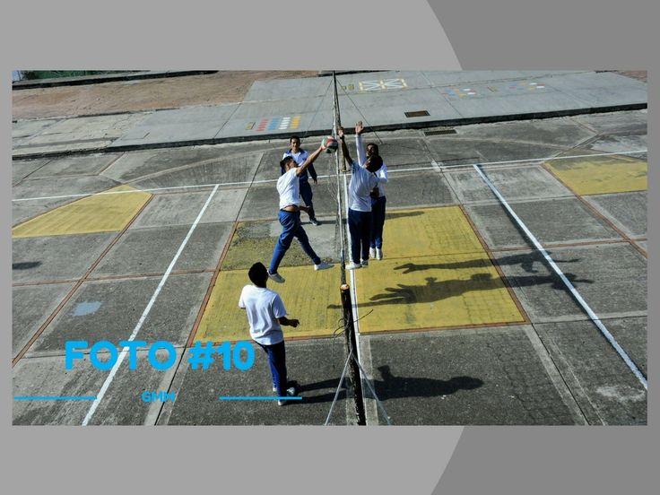 Titulo: Practica de Boleybol Fotografo: Profesor william  Descripcion:Primera sesion de practica de boleybol  Lugar:Patio 3  Fecha: 4 abril  2017 Plano:  General  Angulo:  Cenit  Camara utilizada: Nikon Serie: 6G100954