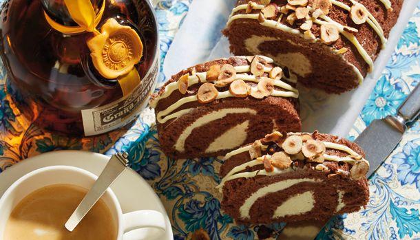 Roulade er faktisk slet ikke så svær at lave og derfor skal du selvfølgelig ikke snydes for denne lækre opskrift på chokoladeroulade.