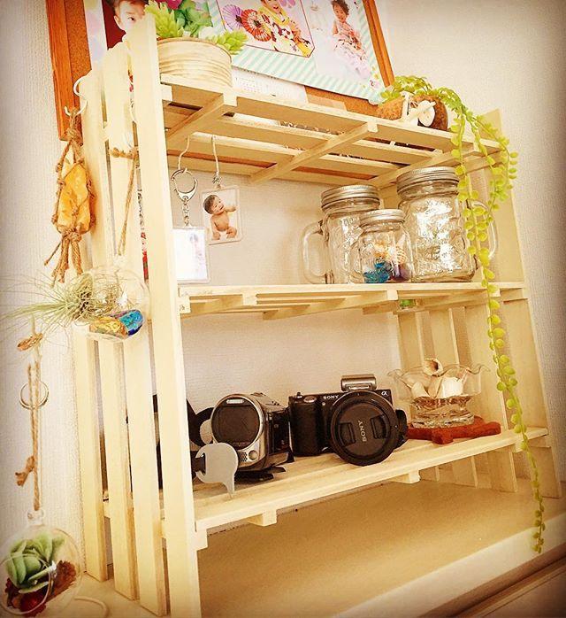 #暇つぶし  もう、何ヶ月も前に棚を作ってみようと思い100キンすのこにペイントしたはいいが、棚をつくることなくずっと放置されてたすのこがやっと棚に😆💦 釘打ちしようと思ったけど、まぁこれが下手くそなこと!(笑)斜めに入るからやーめた💨ってことで、木工用ボンドに頼りました😅  とりあえず、そのへんにあったものを飾ってみる😋  子供の成長を撮り逃さぬよう、カメラを配備させてみた📷🎥 #diy#100均diy #ダイソー#ダイソーすのこ#すのこ#すのこで棚#ミルクペイント#インテリア#ジャー#cando#エアプランツ#フェイクグリーン#100均 #sonyα#ハンドメイド#手作り#ジャーポット#セリア#雑貨