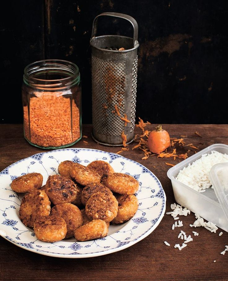 """Det här är ett superenkelt och lika gott recept från Amanda och Evelines strålande kokbok """"Ta tillvara"""". En vegetarisk kokbok som lär ut konsten att minska matsvinnet. 20 st 1,5 dl kokt ris 1 dl torkade röda linser 1 morot 0,75 dl jordnötter 3 msk osötat jordnötssmör eventuellt salt lite olja till stekning Börja med …"""