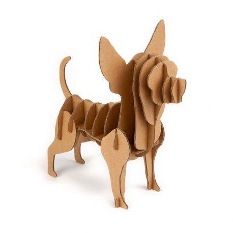 De Chihuahua van Karton is niet alleen mooi en schattig, hij is ook milieuvriendelijk en kan je helpen om georganiseerd te blijven in stijl!  De kartonnen Chihuahua is een prachtig meubelstuk, ontworpen in de vorm van een hond. Het is een opbergsysteem waarin je allerlei kleine dingen kunt bewaren als sieraden en make up.