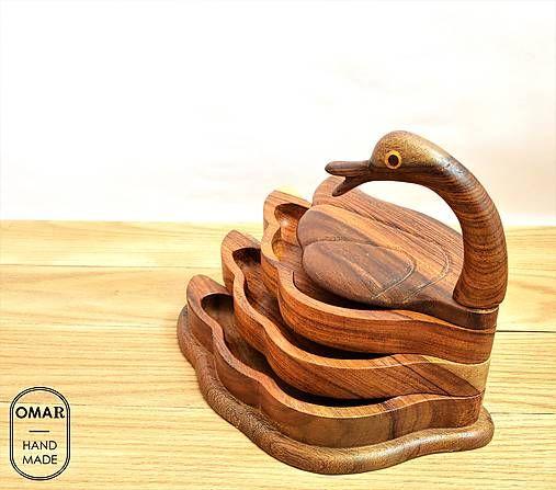 Veľká drevená kačka s miskami pod krídlom