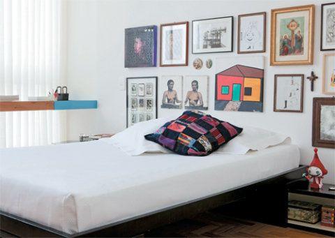 10. Quando chegou do antigo apartamento de Paulo André, companheiro de Marcelo, a cama não tinha cabeceira. O arranjo de quadros, um mix de imagens sagradas e profanas, cumpriu a função com estilo. Roupa de cama da Monograma.