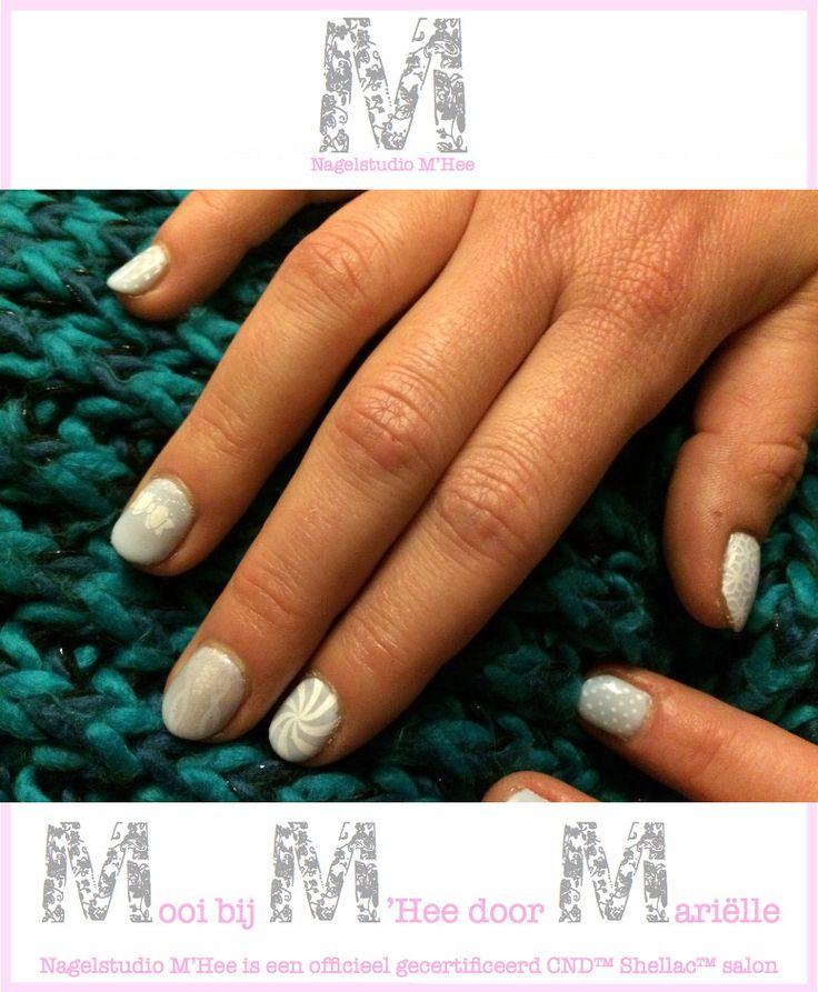 M'Hee CND™ SHELLAC™ brand 14+ day nail color, CREEKSIDE. Nieuwe collectie; Flora & Fauna. Op de pink dots, op de ringvinger additives™ met een stempel, op de middelvinger additives™ met een sjabloon, op de ringvinger en duim stempels.
