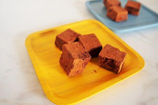 砂糖・乳製品不使用。10分でできる!簡単とろける生チョコレートレシピ。 材料 ローカカオパウダー: 2分の1カップ ローカカオバター(なければココナッツオイルでもOK):大さじ6 ココナッツミルク :大さじ3 メープルシロップ :大さじ2 お好みで甘さを調整 自然塩 :適量 ラム酒(お好みで):小さじ1弱 ココアパウダー:適量