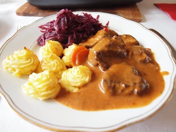 Rezept: Hirschgulasch in Preiselbeer-Sahne-Soße mit Herzoginkartoffeln und Rotkraut