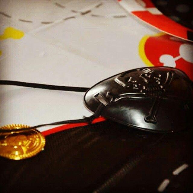 Guldmønter og klap til øjet skal der til når man skal lege pirat - bordpynt.