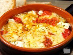 Vă prezentăm o reţetă de bouyourdi – un aperitiv grecesc. Se face extrem se uşor, savoarea roşiilor cu multă brânză făcându-te să nu te mai opreşti din mâncat. Ingrediente: 250g branza feta; 2 rosii; 1/2 ardei gras; 100g cascaval ras; oregano; chili; 2 linguri ulei de masline Mod de preparare: Opariti rosiile 1 minut in […]