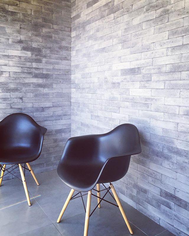 Primeira parte da reforma do escritório arquiteturadesign os tijolinhos de concreto #briquelisser da Passeio instalados, fornecidos pela Bella Casa Tres lagoas #passeio #arquitetura #bellacasa #insta