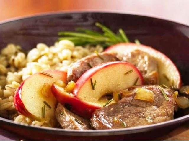 Vepřová játra s rozmarýnem, orestovanými jablky a cibulí.