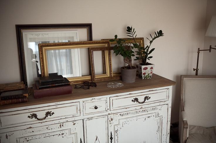 Пустые рамки (а еще интересней будет с зеркалами?) и старинные книги...Мне такие от бабушки достались!!!))