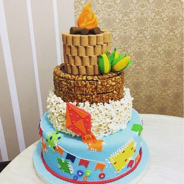 O bolo de Festa Junina mais incrível que eu já vi!  By @felipeoliveira.official que arrasa sempre! #bolo #festajunina #saojoao #arraia #letsparty