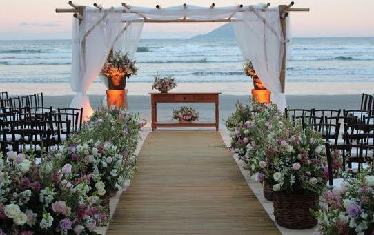 Decoração de casamento na praia - Cestos com flores