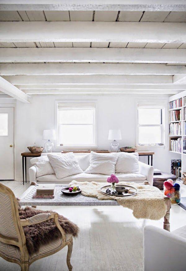Me gusta la estantería blanca con los libros de colores y la mezcla de estilos de la habitación.