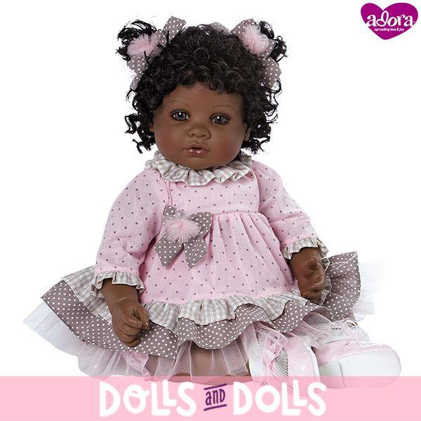 Esta belleza de ojos marrones con largas pestañas derretirá los corazones de cada uno que esté con ella. Se llama #CurlsOfLove y está creada por la marca #Adora. Lleva un bonito vestido rosa con un estampado de puntos con volantes en la parte inferior a juego con unos bonitos lazos que decoran su simpático pelo rizado. No podrás parar de besar sus coloreadas mejillas ¡Es realmente adorable! #AdoraDolls #Muñecas #Dolls