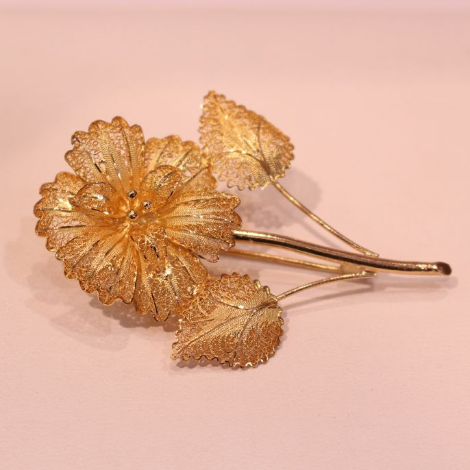 A 22k yellow gold delicate floral brooch......