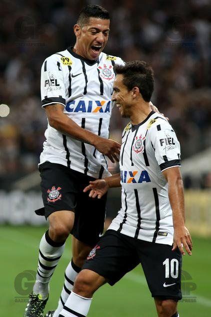 Jadson, jogador do Corinthians, comemora seu gol durante partida contra o Internacional-RS, válida pela sétima rodada do Campeonato Brasileiro 2015.