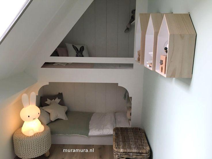 In deze kleine nis past nog net dit schattige peuterstapelbed! Gemaakt door muramura.nl