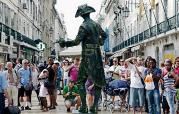 Maria Vizela: Demasiados turistas? Medina defende que Lisboa se ...