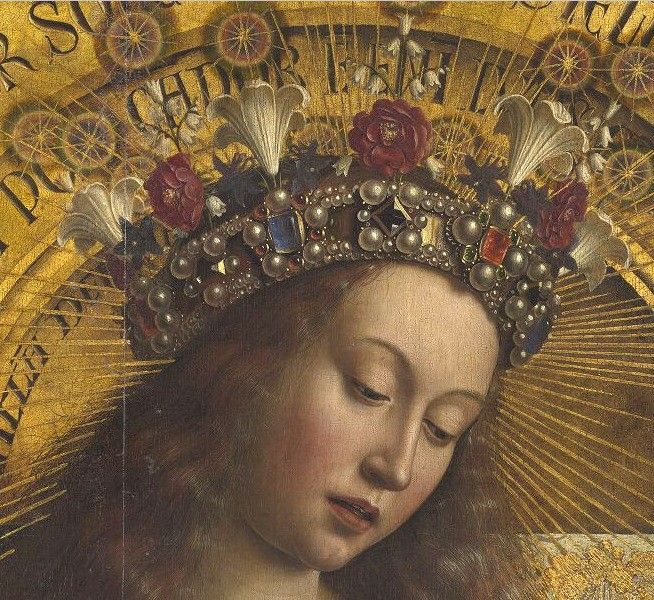 2355859_900.jpg (Изображение JPEG, 654×600 пикселов). Мария слева от Бога изображена в синем одеянии, традиционного для нее цвета, однако это не скромные одежды небогатой жительницы Вифлиема: кант усыпан драгоценными камнями, а на голове ее роскошная корона, украшенная лилиями и ландышами (символы Марии) – ван Эйк написал ее в образе Царицы Небесной.
