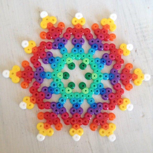 Flocon de neige multicolor sur moule hexagonal