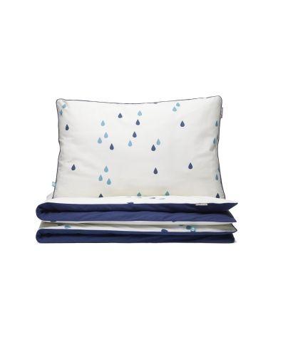 Dwustronna pościel w niebieskie krople spadające na tło w kolorze ecru. Zapewni chwile błogiego odpoczynku i ukoi do snu. JUŻ OD 179 PLN