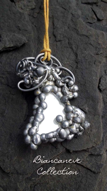 Pendente realizzato con metallo fuso e un piccolo frammento di specchio : Ciondoli di ibottonidibiancaneve